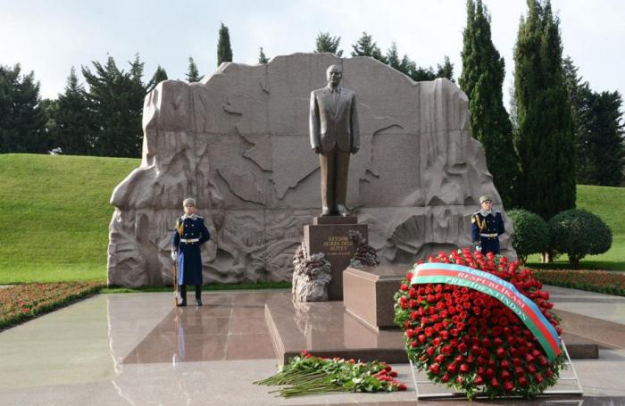 Los embajadores y agregados militares visitan la tumba de Heydar Aliyev