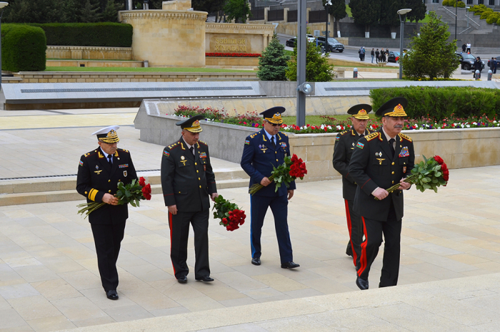 El liderazgo del Ministerio de Defensa visita el monumento de Hazi Aslanov -  FOTOS+VIDEO