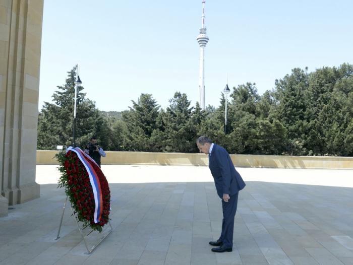 Lavrov visita el Callejón de los Mártires en Bakú