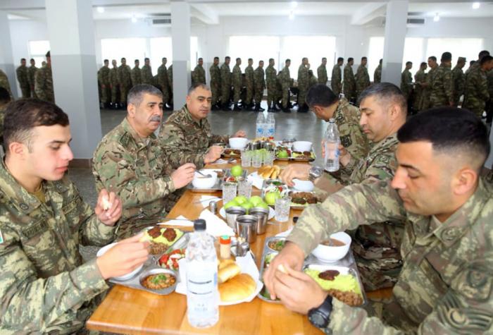 El ministro de Defensa de Azerbaiyán visita la unidad militar estacionada en los territorios liberados