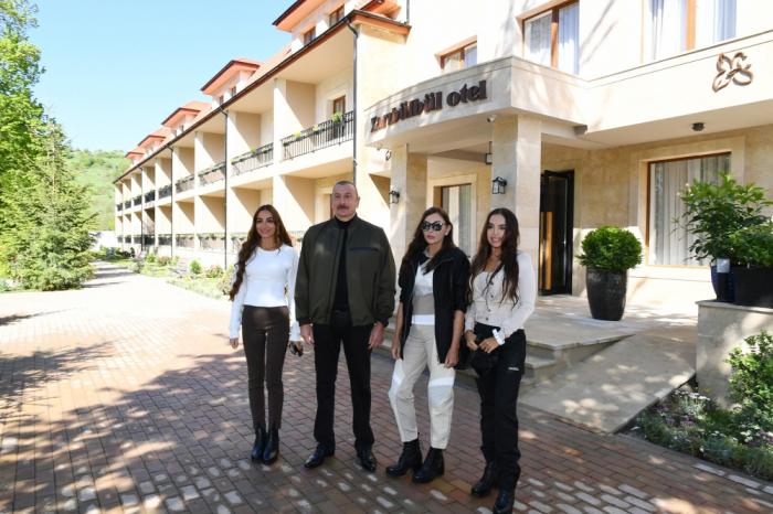 """Presidente Ilham Aliyev y su familia participan en la inauguración del hotel """"KhariBulbul"""" en Shusha"""