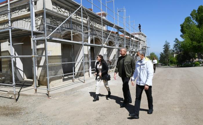 Presidente Aliyev se familiariza con el trabajo realizado en la Galería de Arte de Shusha