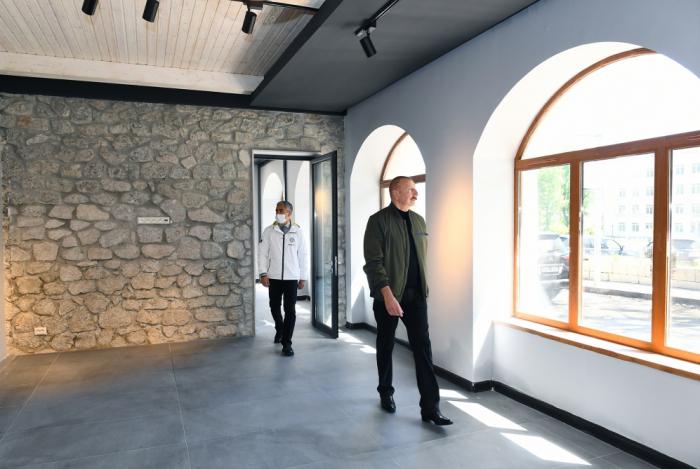 Presidente Ilham Aliyev visitael edificio que albergará el Centro Creativo de Shusha