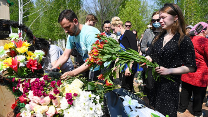 Mourners attend funeral of teacher killed in Kazan shooting -  NO COMMENT