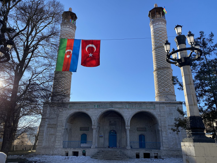 Presidente Ilham Aliyev visita la mezquita Yukhari Govharaga en Shusha