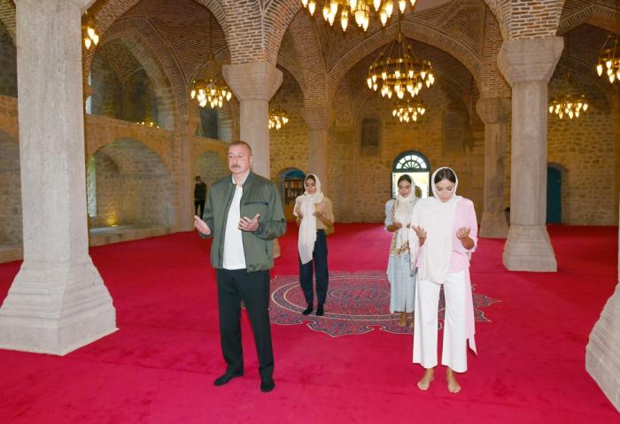 الرئيس يزور مسجد يوخاري غوهار آغا في شوشا - صور