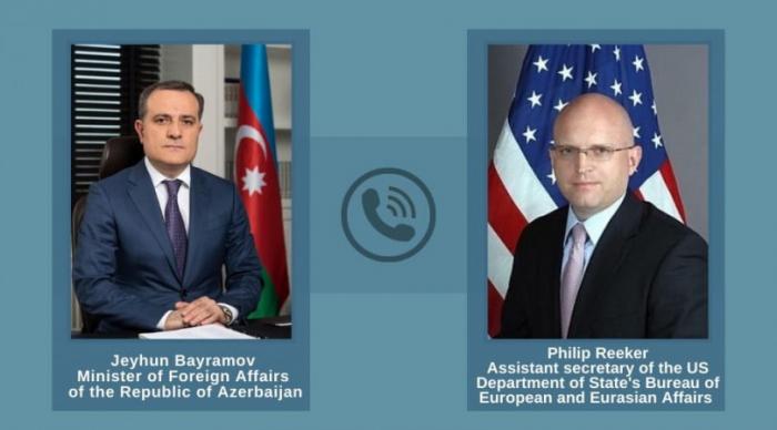 Djeyhoun Baïramov et Philip Reeker s'entretiennent au téléphone