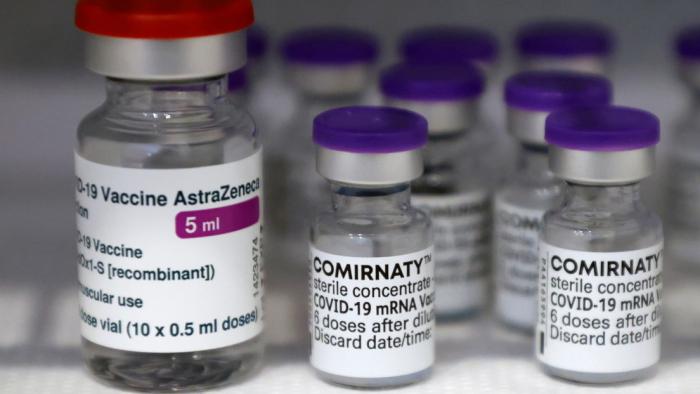 Mezclar la vacuna de AstraZeneca con la de Pfizer intensifica los efectos secundarios