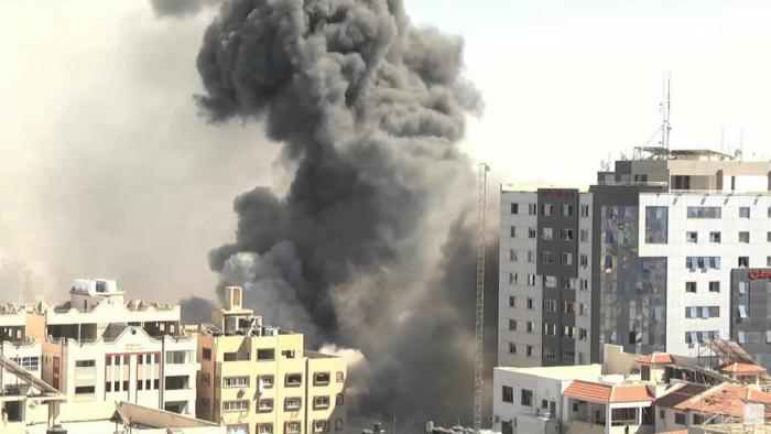VIDEO:   Un ataque aéreo israelí derriba un edificio en Gaza con oficinas de AP y Al Jazeera