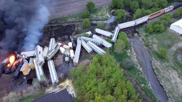Un tren con fertilizantes descarrila en EE.UU. y queda envuelto en llamas