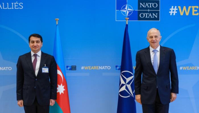 Hikmet Hajiyev se reunió con el Secretario General Adjunto de la OTAN
