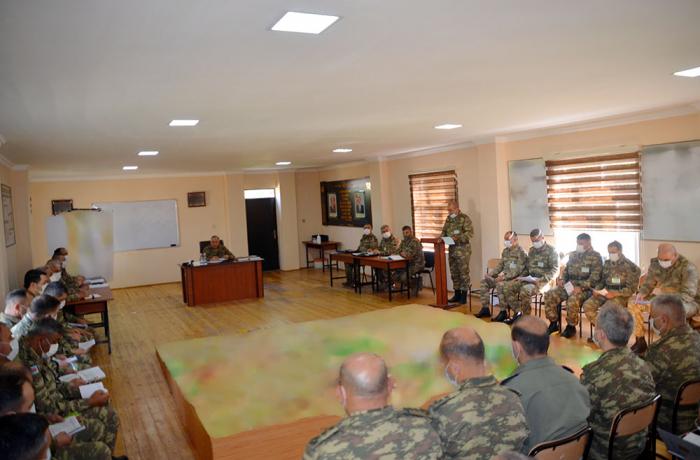 Se escuchan informes en relación con el progreso de los ejercicios militares