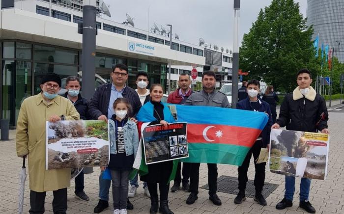 Los azerbaiyanos en Alemania celebran una protesta contra el gobierno armenio
