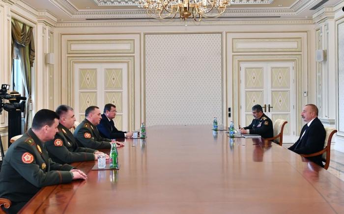 Presidente Ilham Aliyev recibe al ministro de Defensa de Belarús
