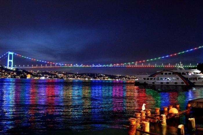 İstanbul körpüləri bayrağımızın rəngləri ilə işıqlandırılır