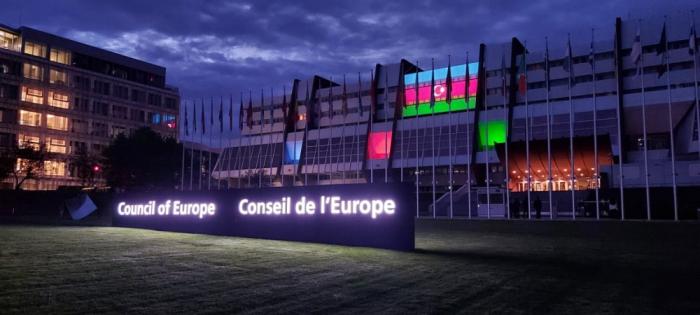 Avropa Şurasının binası Azərbaycan bayrağının rəngləri ilə işıqlandırıldı