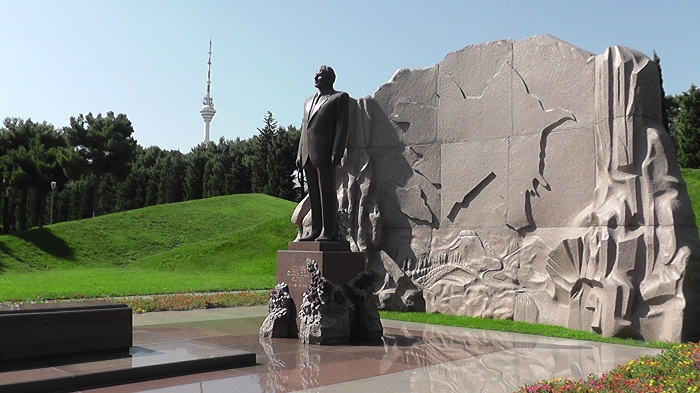 Irakli Garibashvili a visité la tombe du leader national Heydar Aliyev
