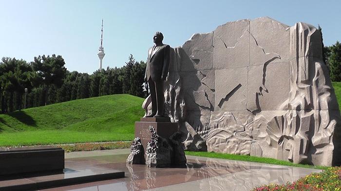 إيراكلي غاريباشفيلي يزور نصب حيدر علييف