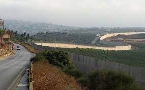 مواطنون يحاولون اقتحام السياج الحدودي بين لبنان وإسرائيل
