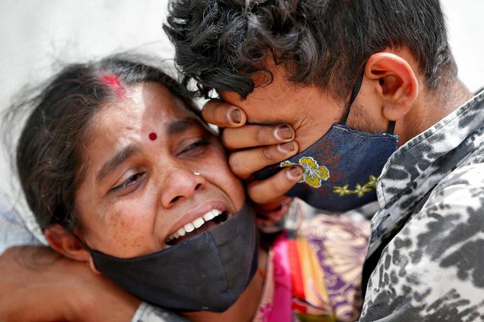 Hindistanda COVİD fəlakəti: Ölənlərin sayı 215 mini ötdü