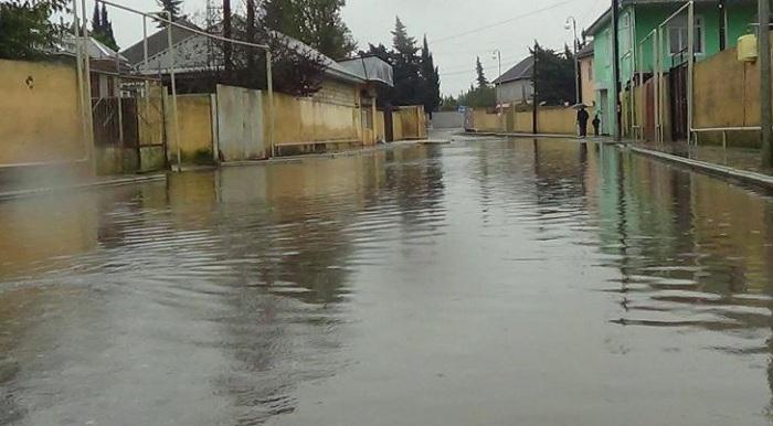 Gəncədə evlərin zirzəmilərinə yağış suları dolub