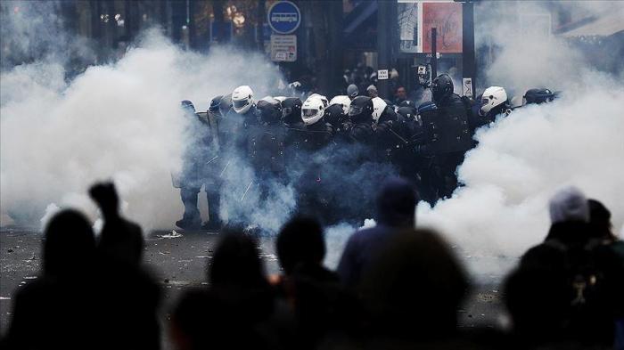 France: Des milliers de personnes manifestent pour le 1er-Mai, affrontements à Paris