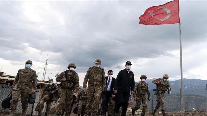 Turquie: Le ministre de la Défense inspecte une base militaire dans le nord de l