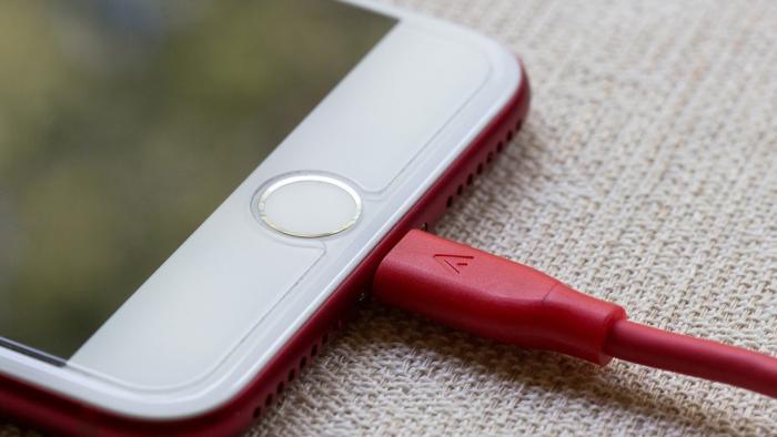 Por qué deberías dejar de usar los cables de iPhone de otras personas