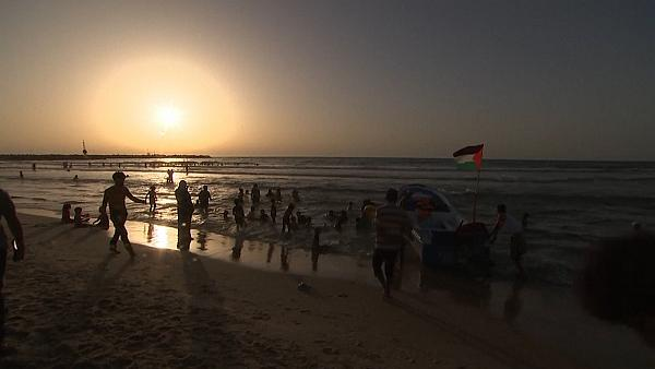 Gazans head to the beach as ceasefire holds -  NO COMMENT