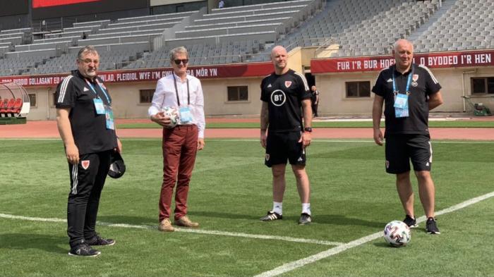 El embajador británico con futbolistas galeses en Bakú -   FOTOS