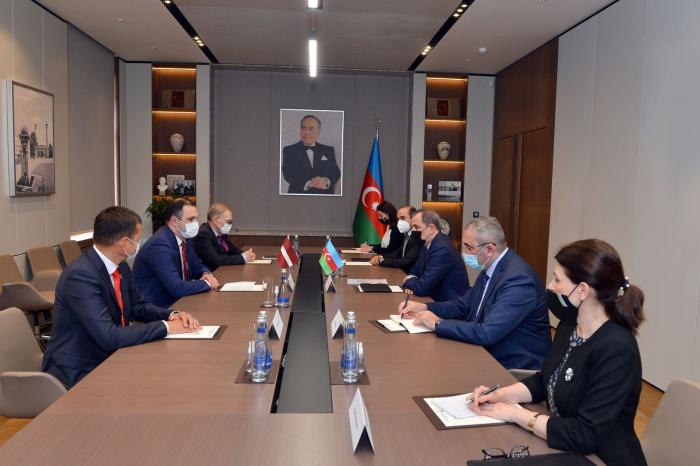 Aserbaidschanischer Außenminister empfängt die Parlamentsdelegation Lettlands