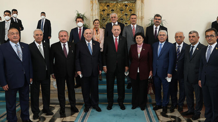 Türkischer Präsident trifft sich mit einer Gruppe aserbaidschanischer Abgeordneter