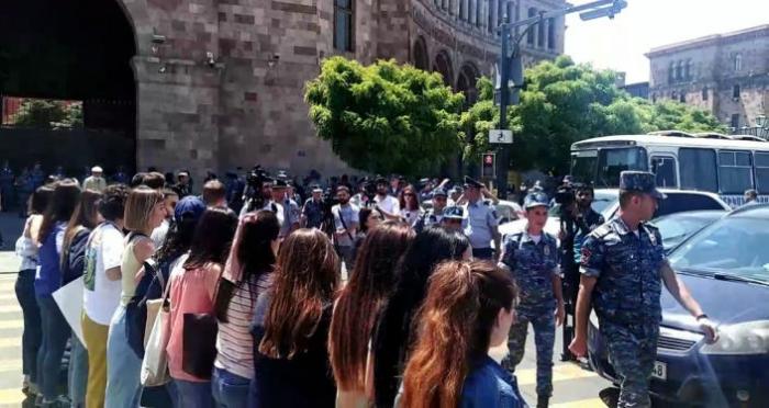 Armenian police arrest representatives ofDashnaktsutyun party in protest against Pashinayn