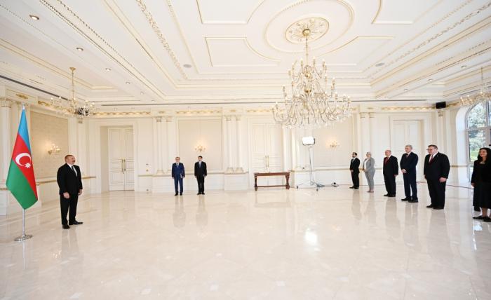 Le président Aliyev reçoit des nouveaux ambassadeurs non-résidents de dix pays en Azerbaïdjan