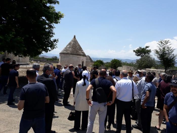 Ausländische Diplomaten besuchen Agdam