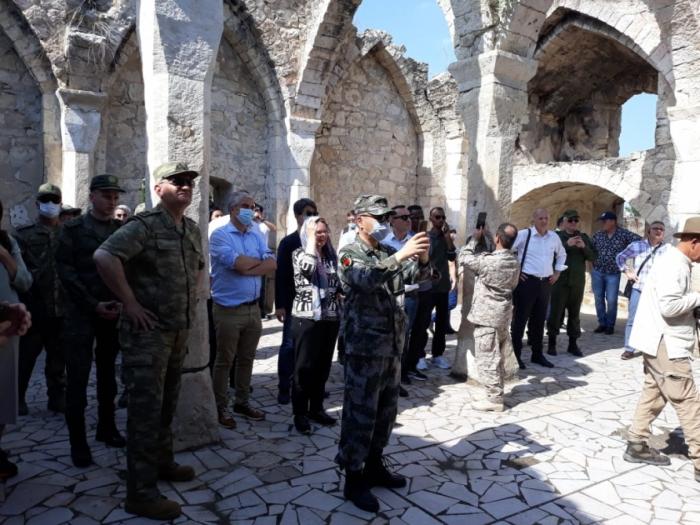 Des diplomates visitent la mosquée historique de Giyasly détruite par des Arméniens -  Photo