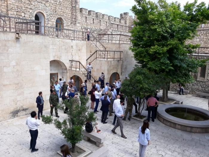 Vertreter des ausländischen diplomatischen Korps besuchenSchahbulag-Festung und Giyasli-Moschee in Agdam -   FOTOS