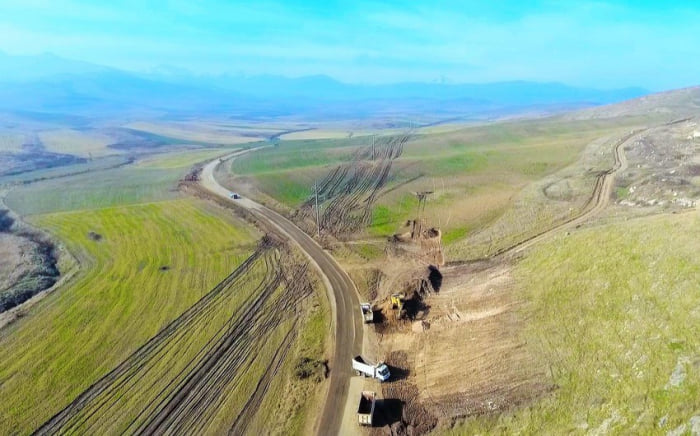 Ilham Aliyev besucht neu gebauten Stausee und Siegesstraße in Füzuli