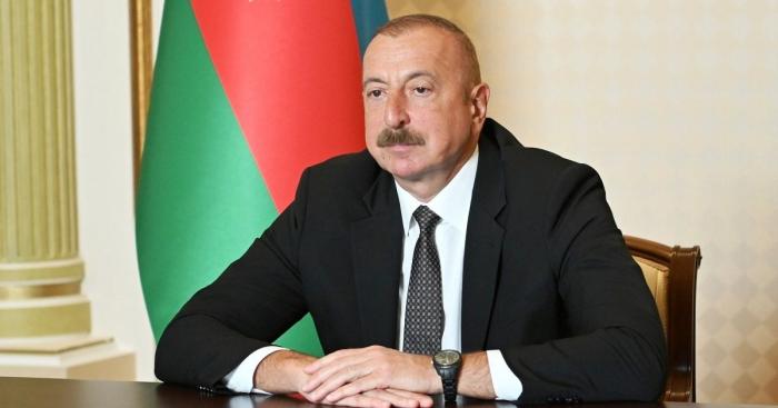 Kronprinz des Königreichs Bahrain Salman bin Hamad Al Khalifa gratuliert Ilham Aliyev