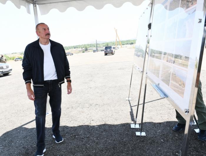 """Presidente Ilham Aliyev se familiariza con la construcción del """"Camino de la Victoria"""""""