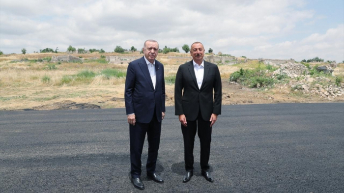 Präsidenten von Aserbaidschan und der Türkei besuchen die Quelle Chan Gizi in Schuscha