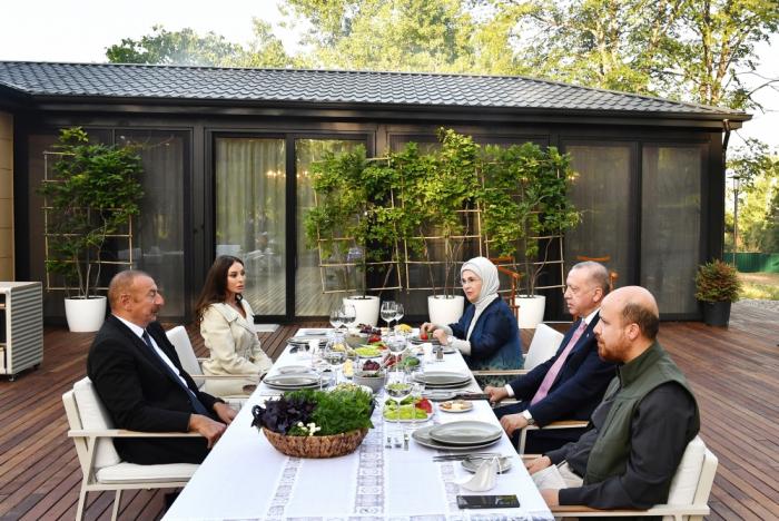 Präsidenten von Aserbaidschan und der Türkei hatten ein gemeinsames Essen in Schuscha