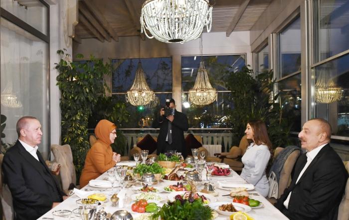 Abendessen, veranstaltet von Präsident Ilham Aliyev und First Lady Mehriban Aliyeva zu Ehren des türkischen Präsidenten und seiner Frau