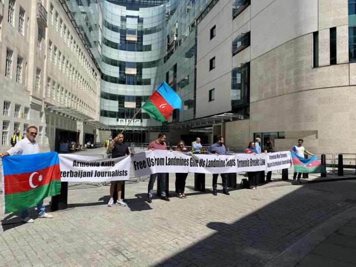 Aserbaidschaner veranstalteten eine Kundgebung vor der BBC