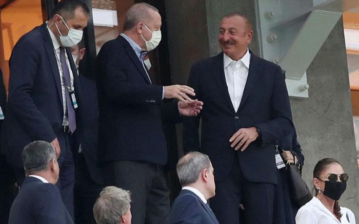 Ilham Aliyev y Erdogan ven el partido Turquía-Gales -   FOTO