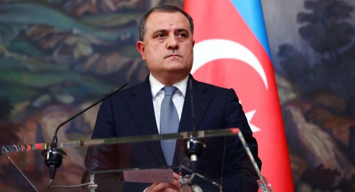 El canciller azerbaiyano parte rumbo a Turquía