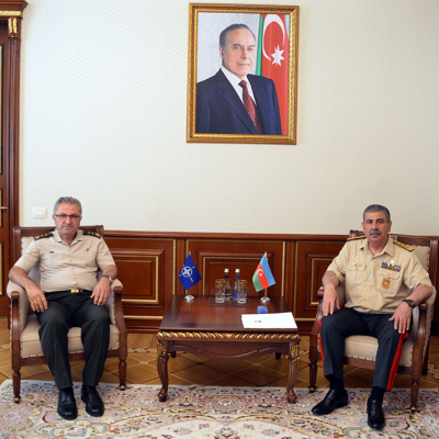 Le ministre azerbaïdjanais de la Défense rencontre un chef d