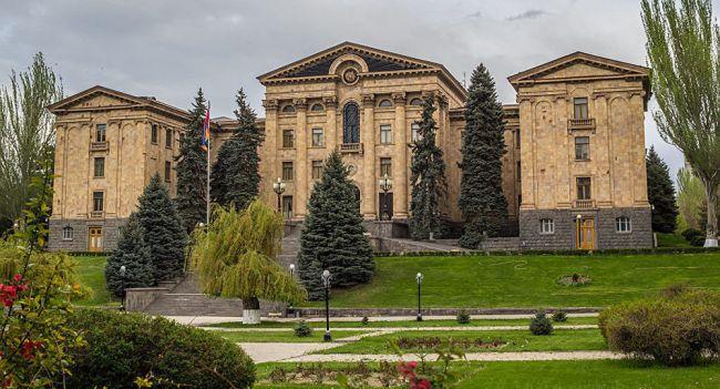 Die armenische Opposition pflastert zur Parlament -Die parlamentarischen Schützengräben von Kotscharian