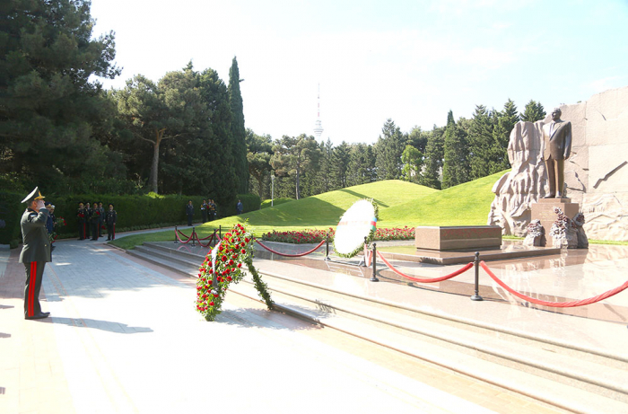 Azerbaijan's top military officials visit Alley of Honor and Alley of Martyrs