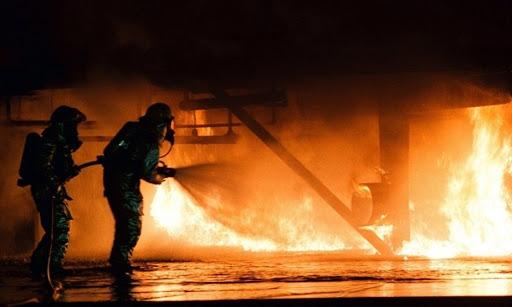 """إخماد حريق """"سوق الجمعة"""" في إمارة الفجيرة الإماراتية... فيديو"""